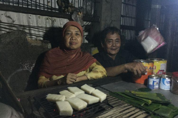 Pak Nasik dan Bu Hamisah yang sehari-hari berjualan uli bakar di bilangan Jalan Raya Sawangan, Kota Depok, Jawa Barat.