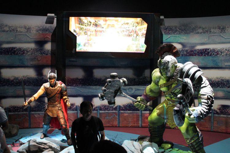 Replika Thor dan Hulk di pameran 10 tahun Marvel Studios, ArtScience Museum, Marina Bay Sands, Singapura.