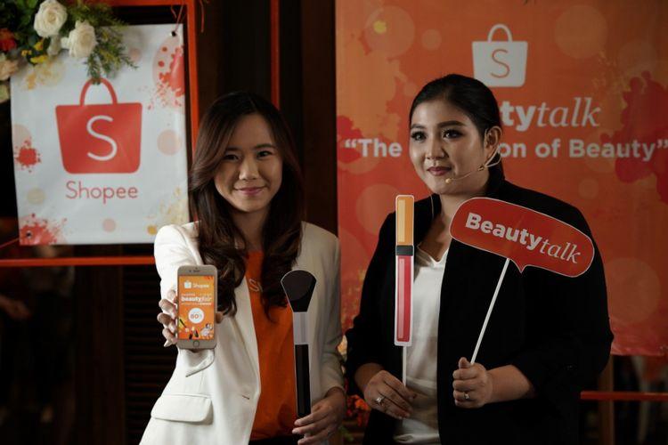 Direktur Shopee Indonesia Christin Djuarto dan Makeup Artist Clerence Victoria (kiri ke kanan) seusai acata Beauty Talk Shopee di Jakarta, Kamis (5/4/2018).
