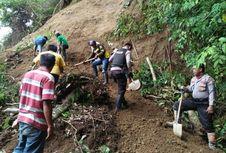 Longsoran Bastem yang Tutupi Jalan Trans Sulawesi Sulit Dievakuasi