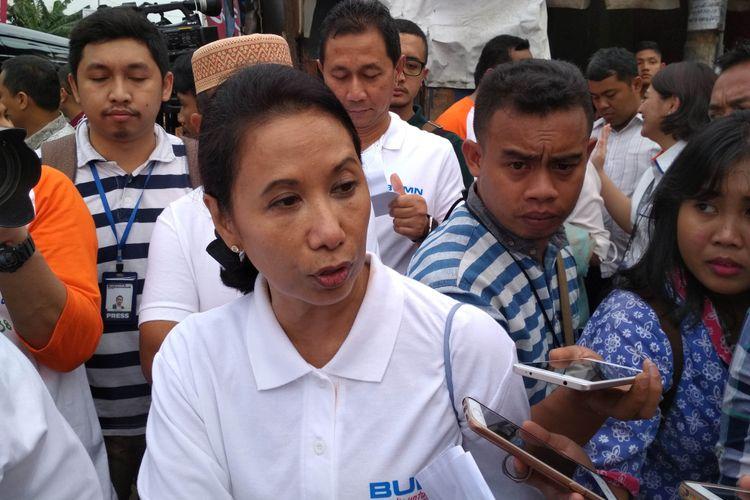 Menteri Badan Usaha Milik Negara, Rini Soemarno Usai Membagikan Paket Sembako Ramadhan Berbagi di Jalan Rawa Bebek, Kelurahan Penjaringan Jakarta Barat (13/06).