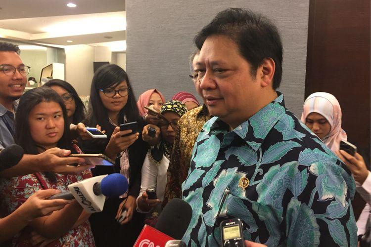 Menteri Perindustrian Airlangga Hartanto usai menghadiri acara di gedung Bursa Efek Indonesia, Jakarta, Senin (6/11/2017).