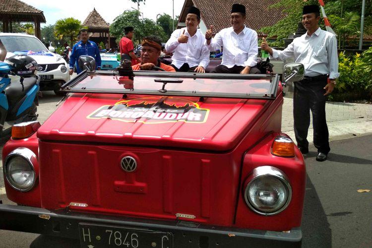 Pasangan bakal calon bupati dan wakil bupati, Zaenal Arifin dan Edy Cahyana (Padi) naik vw combie menuju KPU Magelang untuk mendaftar Pilkada 2018, Rabu (10/1/2018).