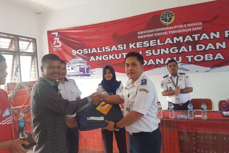 Ditjen Perhubungan Darat Kementerian Perhubungan melakukan sosialisasi keselamatan pelayanan angkutan sungai dan danau di Danau Toba, Sumatra Utara