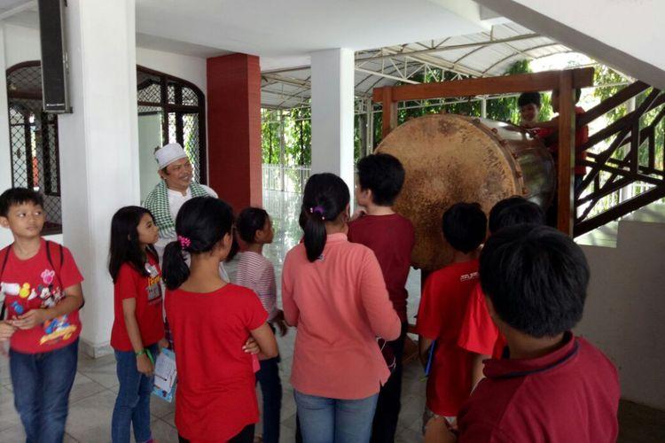 Berlandaskan slogan Beda itu Biasa, Komunitas Bhinneka yang juga bekerja sama dengan Sekolah Gemala Ananda, Sekolah Kembang, dan Ganara Art mengadakan kegiatan Wisata Rumah Ibadat (WRI) pada Sabtu (16/09/2017).