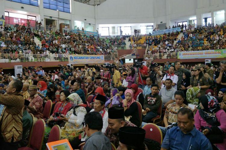 Warga Jakarta Timur berkumpul di GOR Ciracas untuk mengikuti pertemuan dengan Gubernur DKI Jakarta Anies Baswedan, Jumat (8/12/2017).
