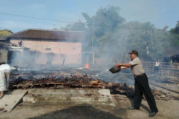 HANGUS--Rumah milik Gumbrek ( 50) ,warga Dusun Krajan, Desa Krebet, Kecamatan Jambon, Kabupaten Ponorogo hangus rata tanah setelah dibakar Agung, anak kandungnya sendiri, Jumat ( 18/5/2018) siang.