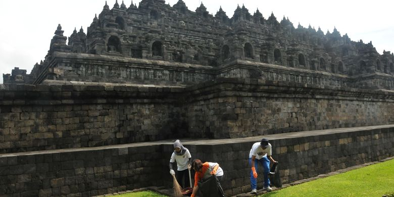 Pengelola membersihkan lingkungan sekitar Candi Borobudur, Magelang, dalam rangka hari Peduli Sampah Nasional, Jumat (24/2/2017).