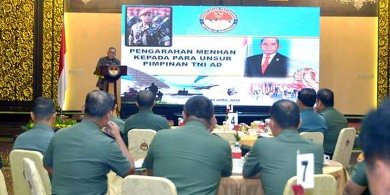 Menteri Pertahanan (Menhan) Ryamizard Ryacudu saat memberikan pengarahan dalam acara silaturahmi antar Pimpinan di Jajaran TNI Angkatan Darat di kantor Kementerian Pertahanan (Kemhan), di Jakarta, Selasa (30/4/2019).