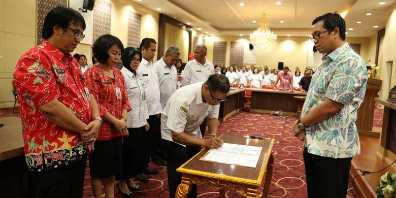 Wakil Gubernur Sulawesi Utara Steven Kandouw sedang menyaksikan para pejabat fungsional di Pemprov Sulawesi Utara menandatangani sumpahnya sebagai ASN di Kantor Gubernur Sulut, Kamis (7/2/2019).