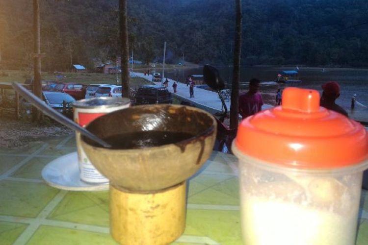 Menikmati kopi kawa daun di pinggiran objek wisata Tarusan Kamang