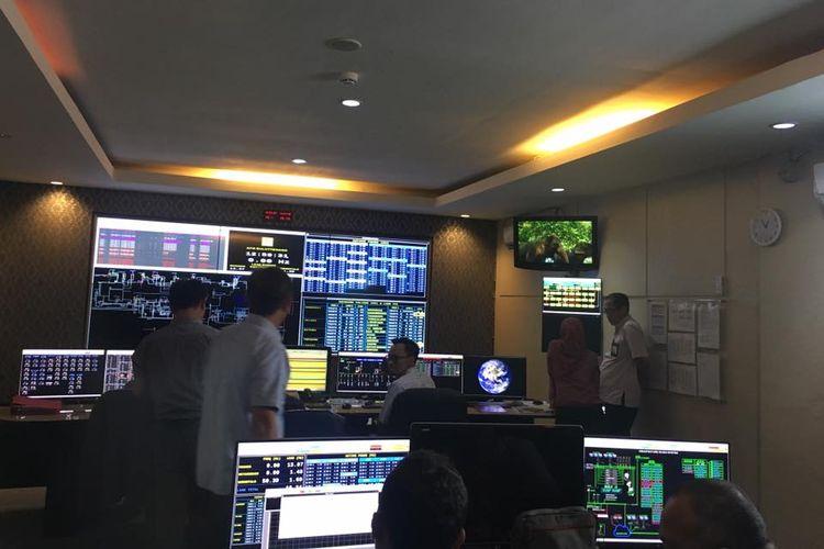 Para petugas PLN Suluttenggo sedang berupaya memulihkan jaringan listrik interkoneksi Sulawesi Utara - Gorontalo.