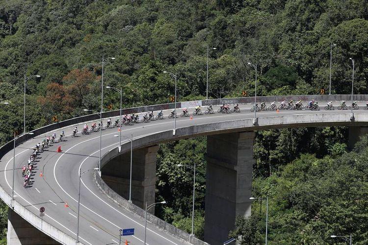 Para pebalap peserta Tour de Singkarak melintasi tanjakan Kelok Sembilan di Kabupaten Limapuluh Koto, Sumatera Barat, pada etape kedua Tour de Singkarak dengan rute Limapuluh Koto-Tanah Datar, Minggu (7/8/2016).