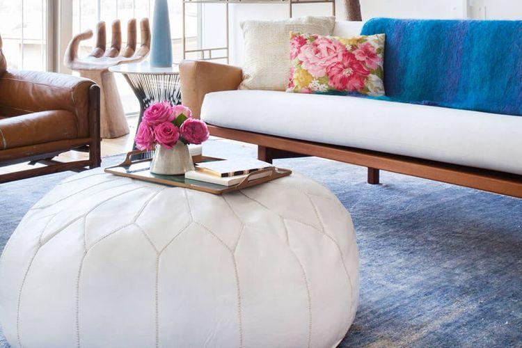Jika ruang tamu Anda sempit, pouf bisa pula digunakan sebagai meja kopi atau suguhan.
