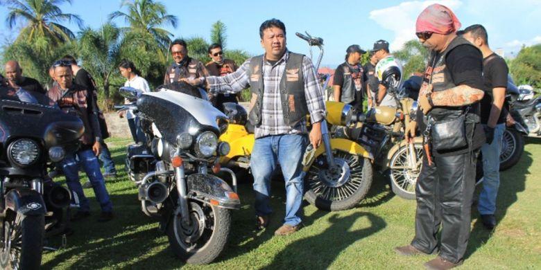 Ikatan Sport Harley Davidson (ISHD) menggelar Jelajah Wisata Bengkulu, Minggu (23/4/2017). Anggota ISHD beristirahat di kawasan Benteng Marlborouh, Kota Bengkulu.