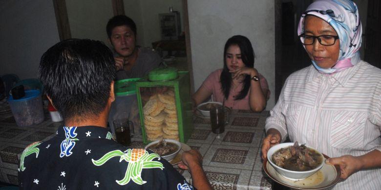 Paryati (56) menyajikan becek iga sapi di warungnya sekaligus kediamannya di Desa Krangganharjo, Kecamatan Toroh, Kabupaten Grobogan, Jawa Tengah, Jumat (1/2/2019).