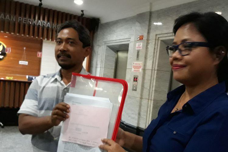 Pengajar Sekolah Tinggi Hukum Indonesia (STHI) Jentera Bivitri Susanti dan pengajar Fakultas Hukum Universitas Mataram, Widodo Dwi Putro di Gedung Mahkamah Konstitusi, Jakarta, Selasa (20/2/2018).