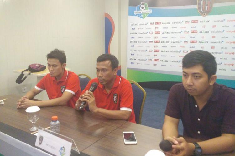 Pelatih Bali United, Widodo C Putro (tengah), saat memberikan keterangan pers jelang pertandingan menghadapi Barito Putera.