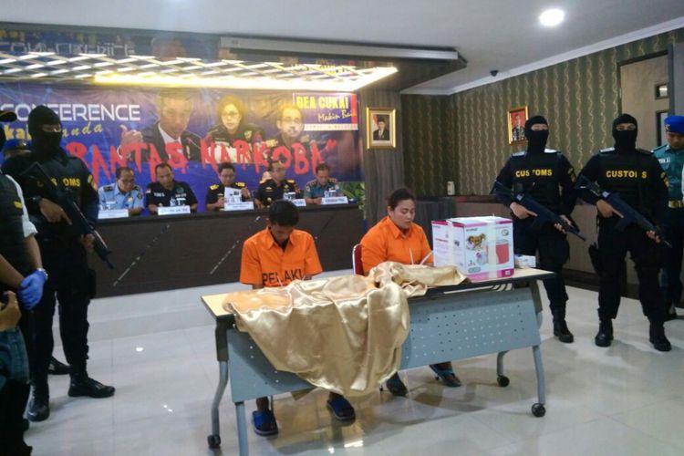 2 penyelundup narkoba diserahkan ke polisi untuk diproses hukum.