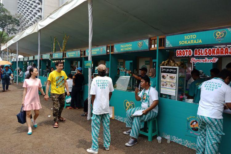 Ragam soto Nusantara yang ada di  Festival Jajanan Bango 2018, di Park & Ride Thamrin 10, Jakarta, Sabtu (14/4/2018). Lebih dari 80 gerai kukiner otentik Nusantara dihadirkan dalam festival kuliner ini.