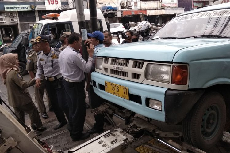 Dishub Jaktim derek angkot yang parkir di atas trotoar Jatinegara Barat, Jakarta Timur, Rabu (25/4/2018)