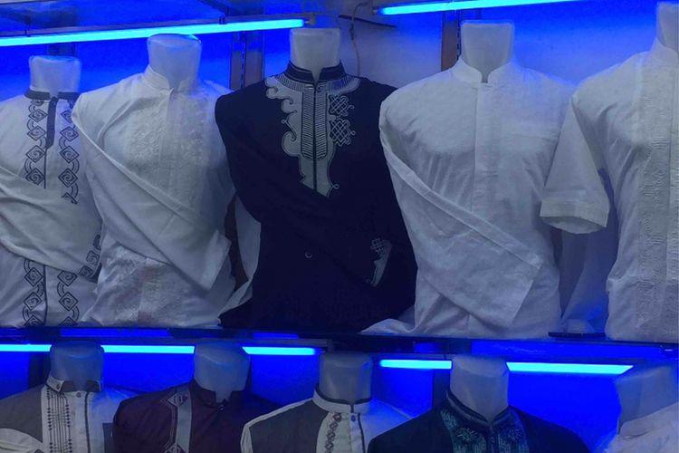 Pasar Tanah Abang menjadi  lokasi yang tepat bagi warga yang hendak mencari pakaian untuk menyambut Hari Raya Idul Fitri. Beragam jenis pakaian dijual, termasuk busana muslim dengan pilihan yang beragam. Blok F Pasar Tanah Abang misalnya, merupakan salah satu lokasi menghadirkan beragam jenis pakaian muslim baik untuk laki-laki maupun perempuan, Senin (28/5/2018).