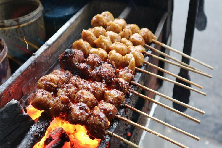 Bakso bakar di Alun Alun Kidul. Bakso bakar terbuat dari daging ayam, menjadi jajanan yang terkenal di Yogyakarta.