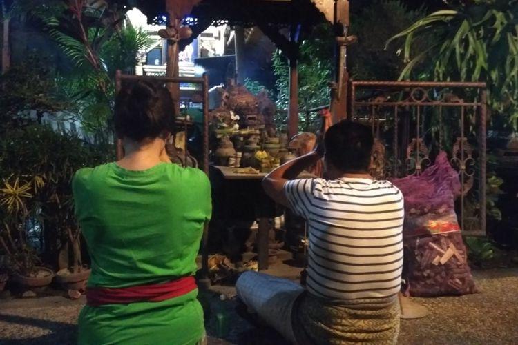 Warga Denpasar menggelar Persembahyangan di pura atau kediaman masing-masing seiring purnama dan gerhana total.