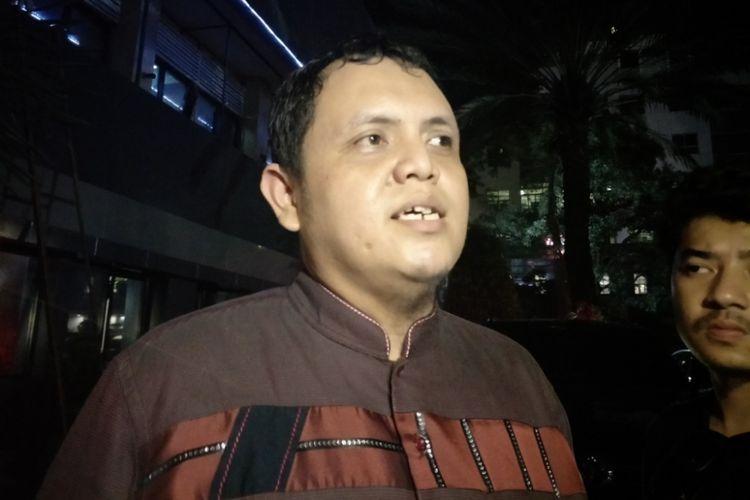 Perwakilan Cyber Indonesia, Aulia Fahmi selesai menjalani pemeriksaan di Direktorat Reserse Kriminal Khusus Polda Metro Jaya, Senin (16/4/2018).