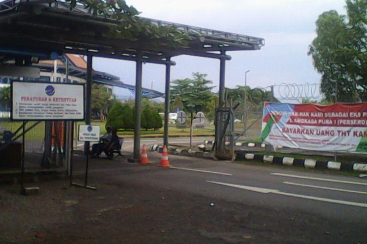 Spanduk tuntutan eks karyawan PT Angkasa Pura 1 terpasang di Bandara Internasional Sultan Hasanuddin, Makassar.