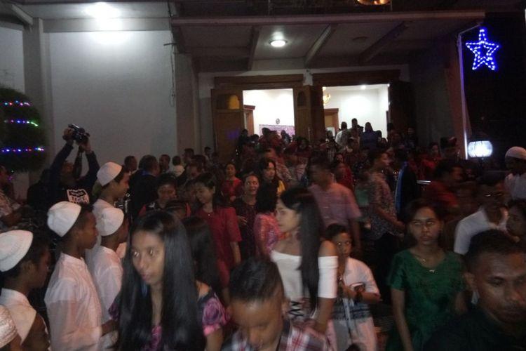 Pelaksanaan ibadah Natal di sejumlah gereja di Kota Ambon ikut dijaga oleh pemuda masjid dan sejumlah warga bergama Hindu, Minggu (24/12/2017)