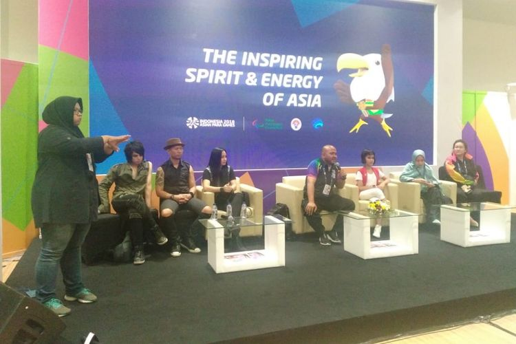 Direktur Seremoni Asian Para Games 2018, Aulia Mahariza, (tengah memegang mikrofon) saat memberikan keterangan terkait persiapan upacara penutupan Asian Para Games di GBK Arena, Jakarta, Jumat (12/10/2018).