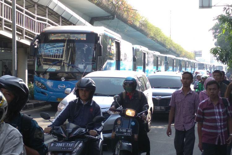 Puluhan bus transjakarta terjebak kemacetan di Simpang Matraman, Selasa (10/4/2018)
