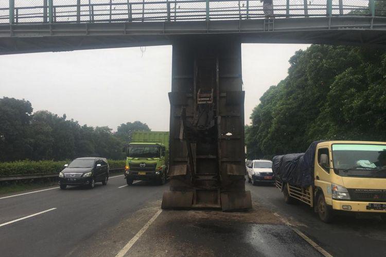 Bak truk Hino tersangkut di JPO Tol Jakarta-Tangerang