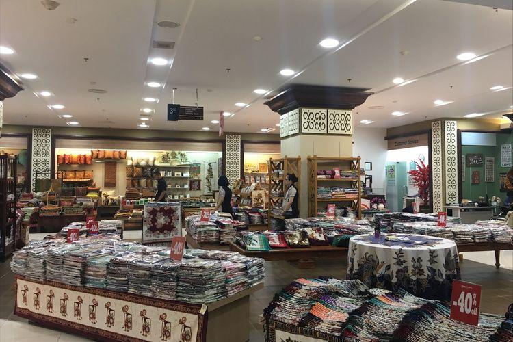 Sarinah Departement Store Lantai 3 menawarkan koleksi batik, Jumat (3/3/2017).