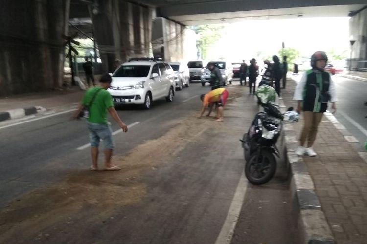 Jalan Tentara Pelajar, Pejompongan, Jakarta Pusat membuat pengendara sepeda motor terjatuh akibat solar yang tumpah pada Minggu (24/6/2018)
