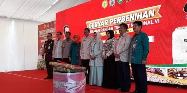 Menteri Pertanian (Mentan) Andi Amran Sulaiman yang diwakili Direktur Perbenihan Direktorat Jenderal Tanaman Pangan Muhammad Takdir Mulyadi (lima dari kanan) dalam Gebyar Perbenihan Tanaman Pangan Tingkat Nasional VI Tahun 2018 yang dilaksanakan mulai tanggal 23 - 26 Oktober 2018 di Maros, Sulawesi Selatan.
