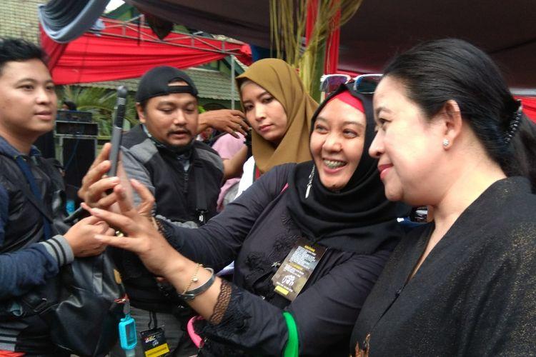 Menteri Puan diajak foto oleh salah seorang pengunjung di BEC 2017