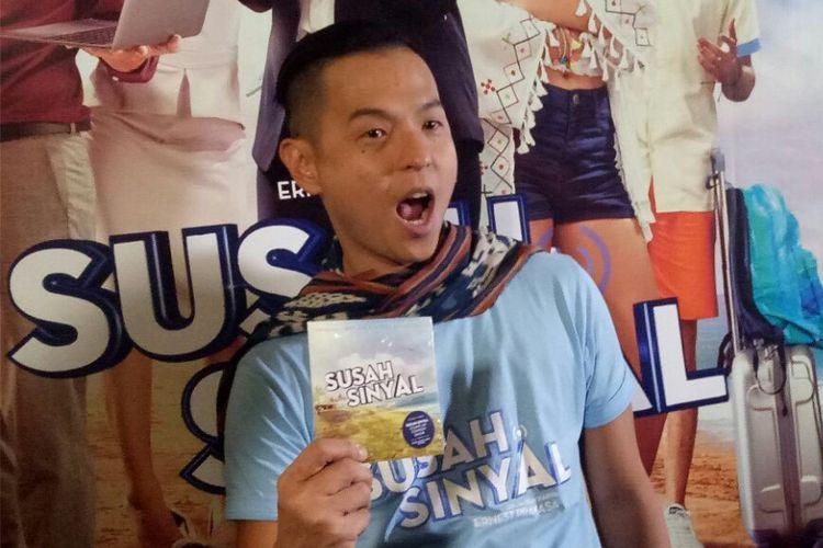Ernest Prakasa memamerkan album soundtrack Susah Sinyal pada jumpa pers peluncuram trailer dan soundtrack film Susah Sinyal di kawasan Kuningan, Jakarta Selatan, Selasa (5/12/2017).