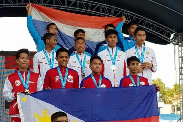Tim estafet putra Indonesia (tengah) saat upacara penyerahan medali kejuaraan atletik Asia Tenggara,SEA Youth Athletics Championships 2019, di Filipina.