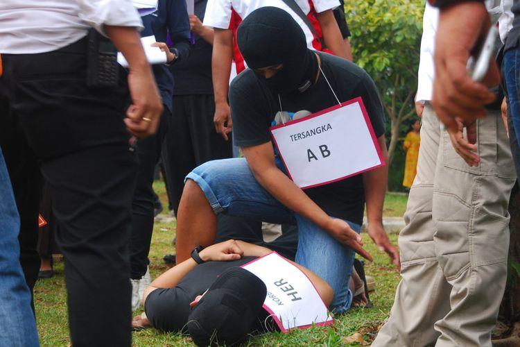 Salah satu tersangka berinisial AB memeragakan salah satu adegan dalam kasus tewasnya siswa SMA Budi Mulia bernama Hilarius (15) dalam duel ala gladiator atau istilah bom-boman, di Taman Palupuh, Kota Bogor, Senin (25/9/2017).