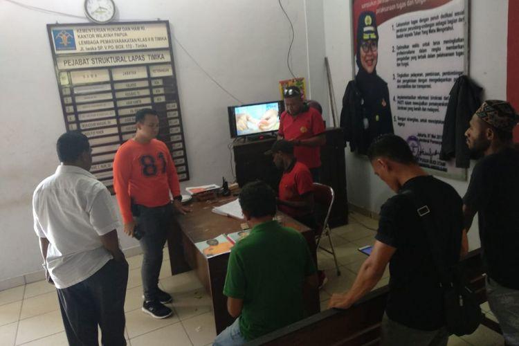 Kepolisian Resor Mimika saat meminta keterangan dari pihak Lapas Timika, soal kaburnya 8 Napi, Jumat (9/11/2018)