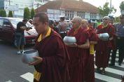 Jelang Waisak, Ratusan Biksu 'Pindapata' di Sepanjang Jalan Pecinan Magelang