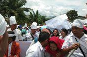 Gaji Disunat, Ratusan Pegawai Honorer Datangi Kantor Bupati