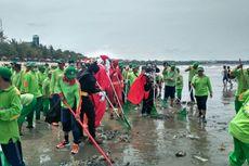 Delapan Superhero dan Sinterklas Perangi Sampah di Pantai Kuta