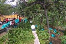 Diduga Rem Blong, Truk Pengangkut Kursi Terbalik di Tepi Jurang Magetan