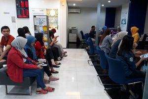 Khawatir 'Skimming', Nasabah Bank Mandiri Ramai-ramai Blokir Rekening di Surabaya