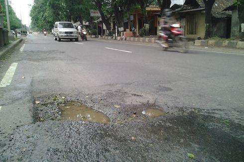 Lubang Jalan di Pantura Kendal Membahayakan Pengguna Jalan