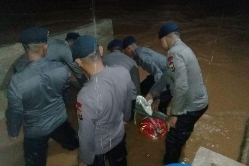 Kapolda Maluku Kerahkan Pasukan Brimob Bantu Warga Atasi Banjir