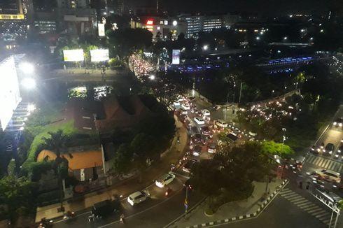 Jelang Detik-detik Pergantian Tahun, Kawasan Tengah Kota Surabaya Diserbu Warga